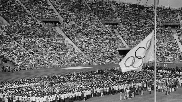 Le drapeau olympique est en berne le 6 septembre 1972 à Munich, lors des funérailles des athlètes israéliens.
