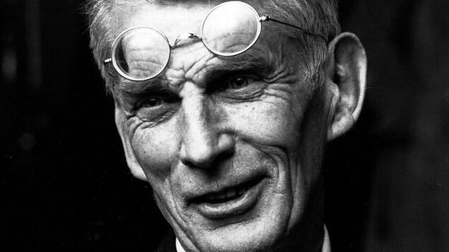 Photo en noir et blanc d'un homme avec des lunettes sur le front.