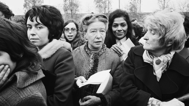 En 1972, un an et demi après le Manifeste des 343, l'auteure féministe Simone de Beauvoir participe à une manifestation pro-avortement lors du procès de Bobigny.