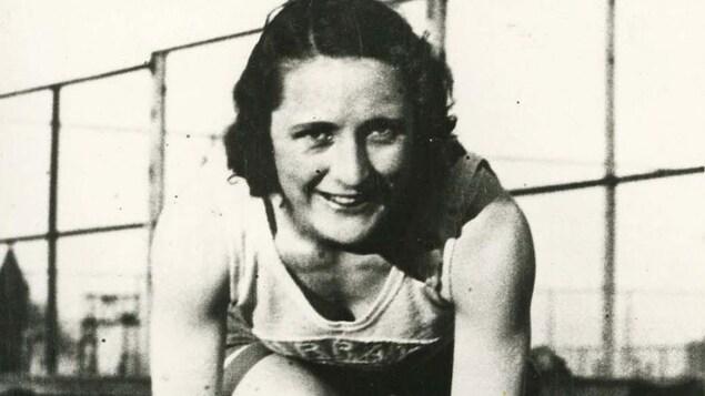 La coureuse Hilda Strike en position de départ.