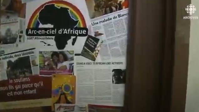 La porte d'entrée d'Arc-en-ciel Afrique est pleine d'affiches dont une rappelle l'importance du soutien des parents pour les enfants appartenant à la communauté LBGTQ.