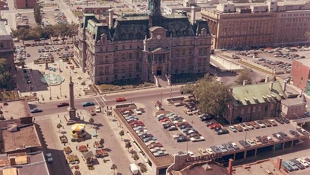Une photo d'archives montrant l'hôtel de ville de Montréal et le Château Ramezay dans les années 1960.
