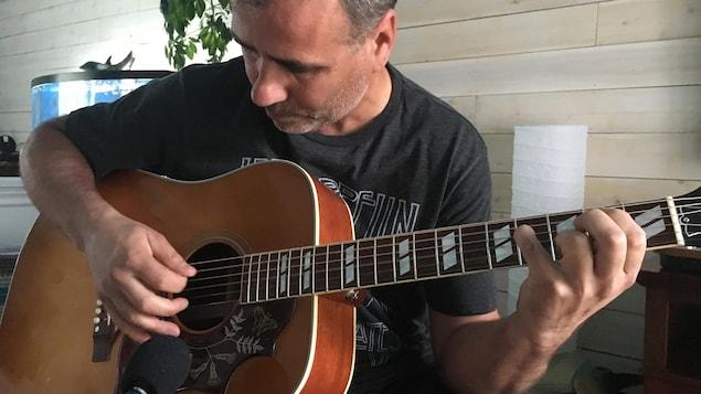 Hubert Cormier a appris à jouer de la guitare en septième année.
