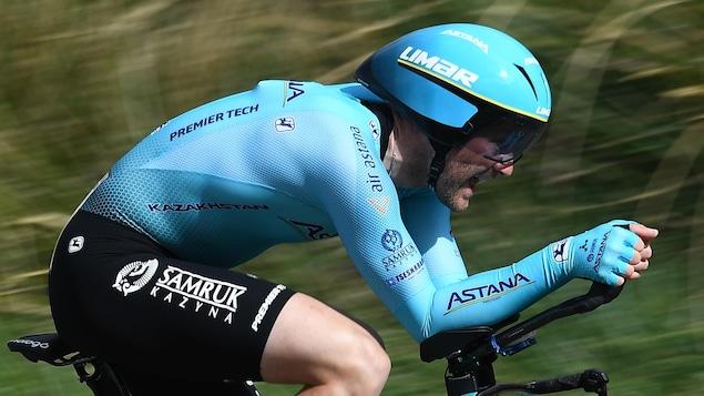 Hugo Houle roulant sur son vélo.