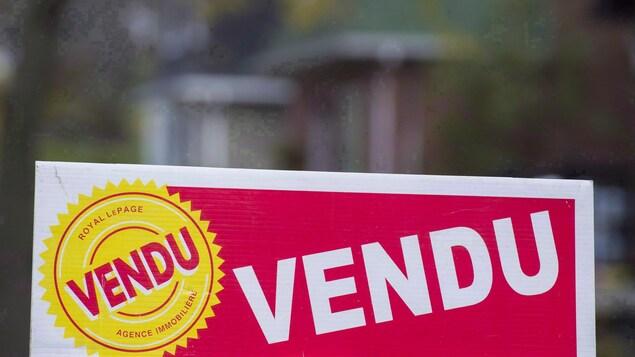 Une pancarte sur laquelle on peut lire : « Vendu ».