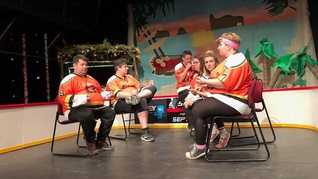 Des joueurs de la Ligue d'improvisation de Sept-Îles sur la patinoire, lors du tournoi du Dindon doré.
