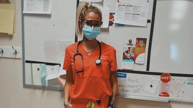 Une dame portant un masque de procédure.