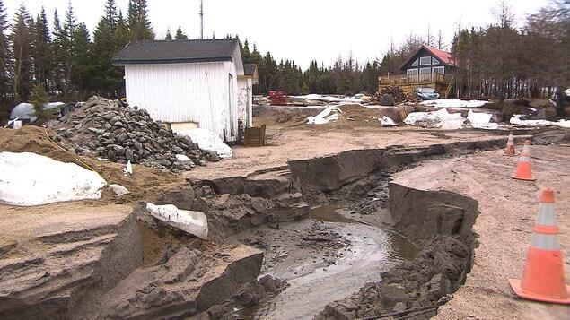Affaissement de terrain à Baie Johan-Beetz, derrière le garage municipal