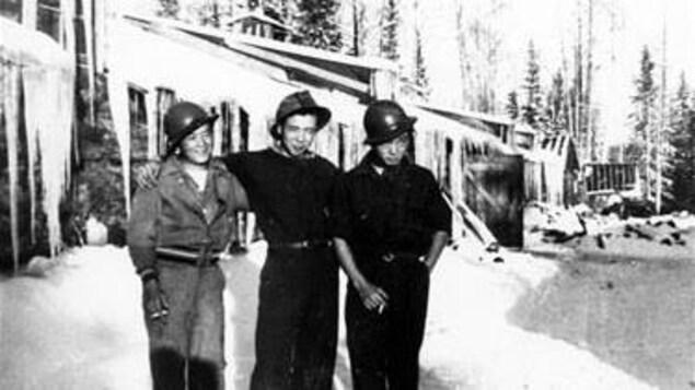 Trois citoyens canadiens d'origine japonaise deavnt un camp de travail à Slave Lake durant la Deuxième guerre mondiale