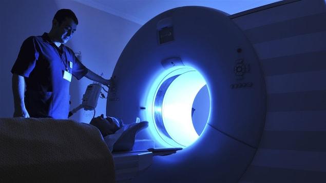 Un patient est allongé pour passer un examen au scanner par résonnance magnétique