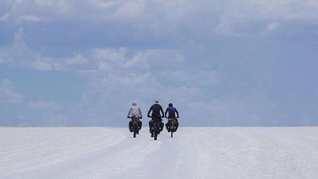 Les aventuriers Jacob Racine, Frederic Dion et Daniel Barriault dans le désert d'Uyuni en Bolivie.