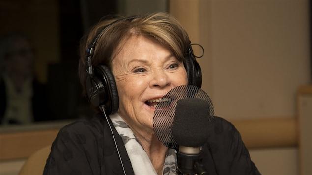 Janette Bertrand devant un micro de radio