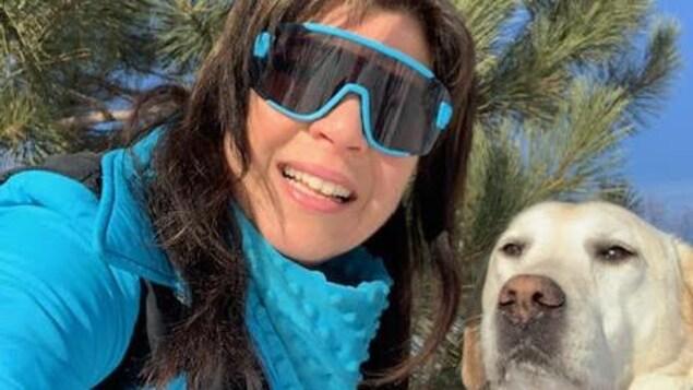 Elle prend un selfie avec son labrador.