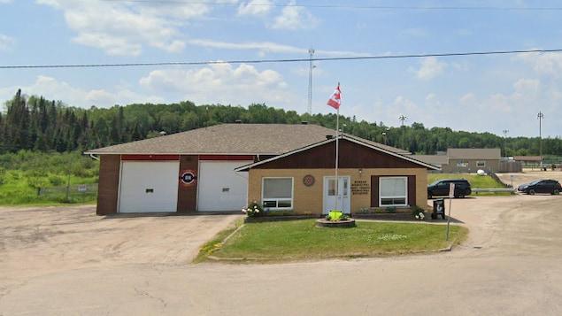 Un petit édifice avec deux portes de garages pour les camions de pompiers