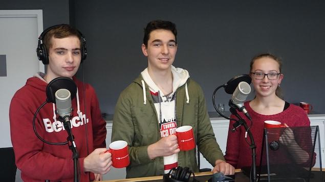 Photo de groupe dans les studios de Radio-Canada Sudbury