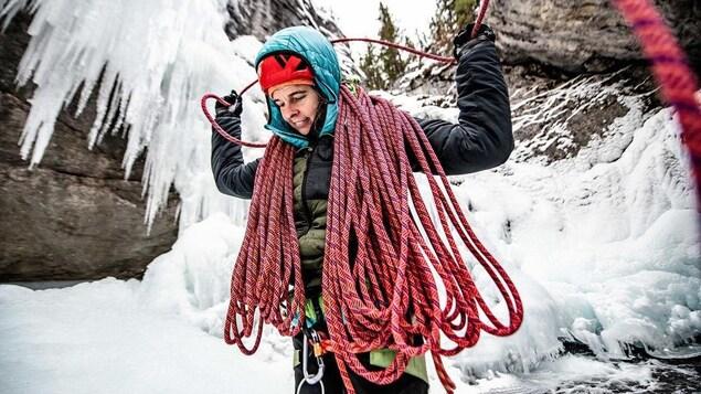 Pascale Marceau avec ses cordes d'alpinisme en hiver.