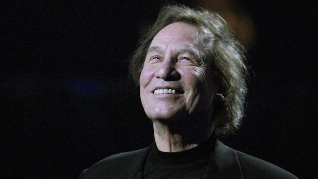 Le chanteur sourit sur scène.