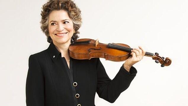 Jeanne Lamon, son violon à la main.