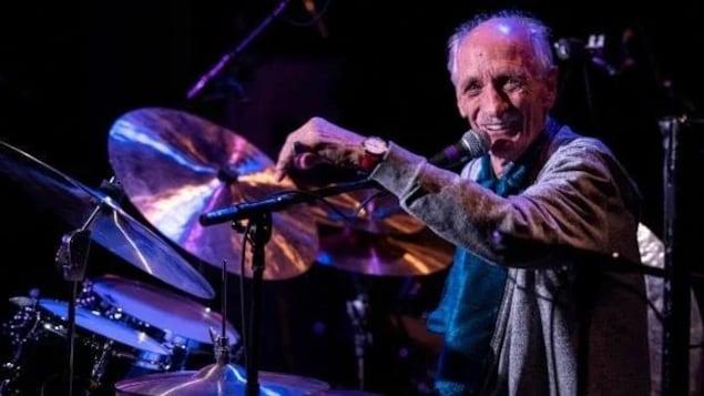 Jerry Granelli qui joue de la batterie.