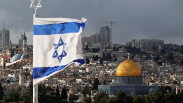 Jérusalem surplombé par le drapeau d'Israel