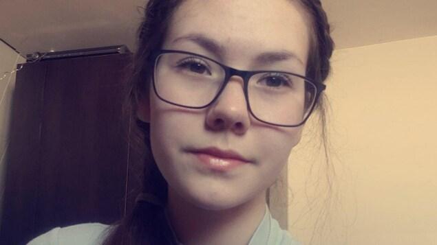 Une jeune femme avec des lunettes.