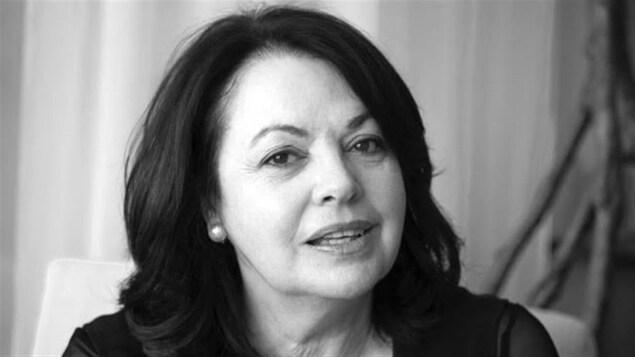 Une photo de Louise Portal en noir et blanc.