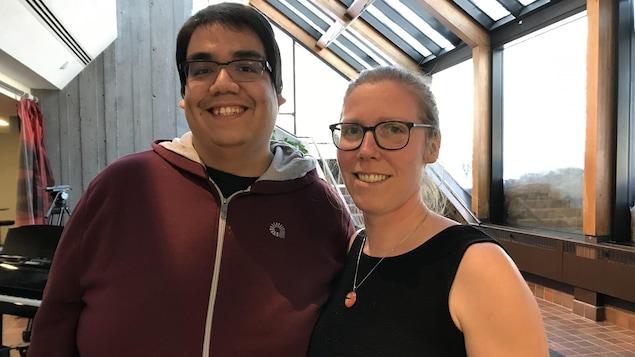 Kevin Bacon et Ariane Rousseau dans le hall d'entrée de la maison de Radio-Canada à Saguenay.