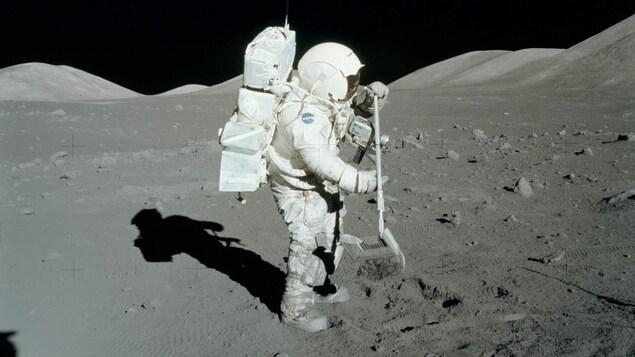 L'astronaute américain Harrison Schmitt prélève des échantillons du sol lunaire au cours de la mission Apollo 17 en décembre 1972.