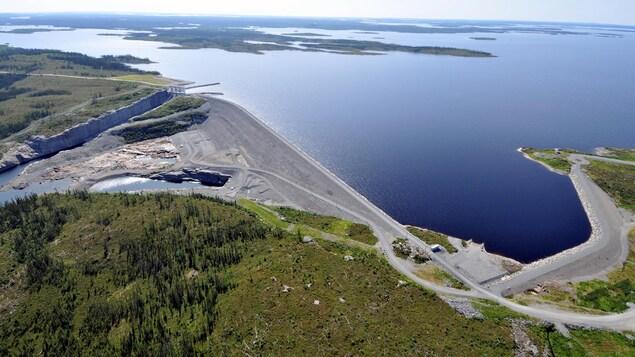 Une photo aérienne du réservoir et du barrage Eastmain-1.