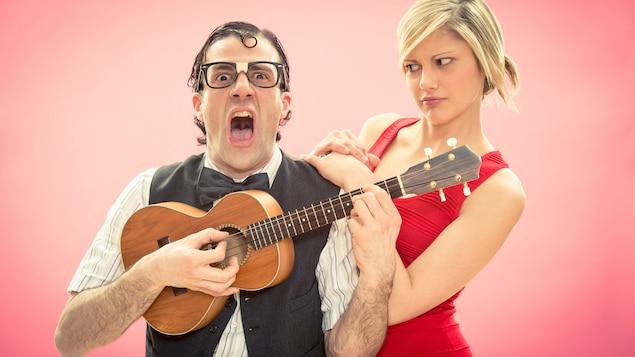 Un homme chante mal en compagnie de sa copine.