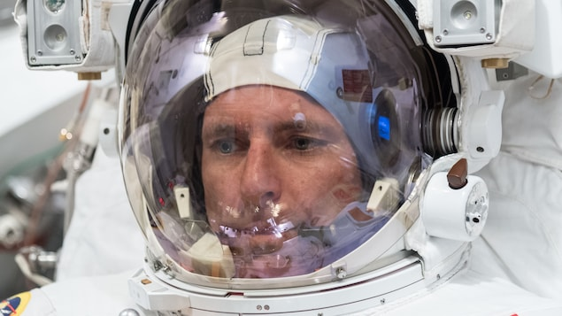 Test de la combinaison spatiale de l'astronaute canadien David Saint-Jacques dans une chambre à vide.