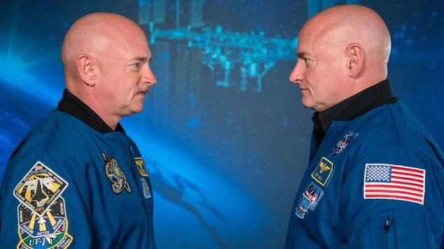 Deux jumeaux astronautes photographiés de profil.