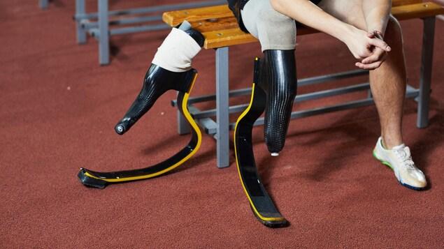 Un athlète paralympique muni d'une prothèse pour membre inférieur.