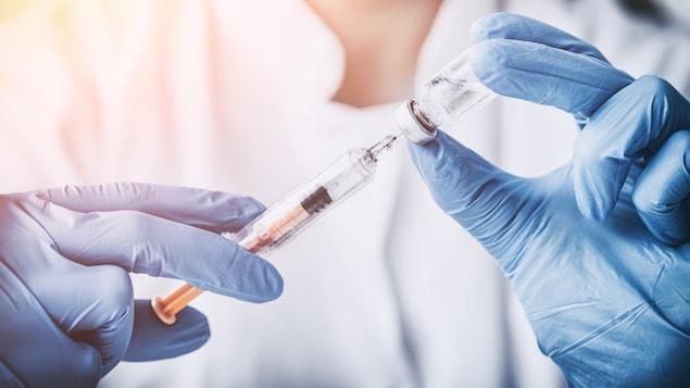 Une infirmière administre un vaccin.