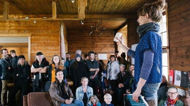 La coordonnatrice du centre d'artiste AdMare, Laurène Janowsky lors de l'activité d'ouverture du Chant des pistes.