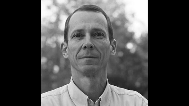 Portrait de Laurent Castaignède en noir et blanc.