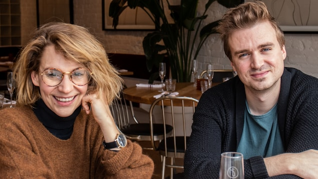Léane Labrèche-Dor et Arnaud Soly assis dans un restaurant.