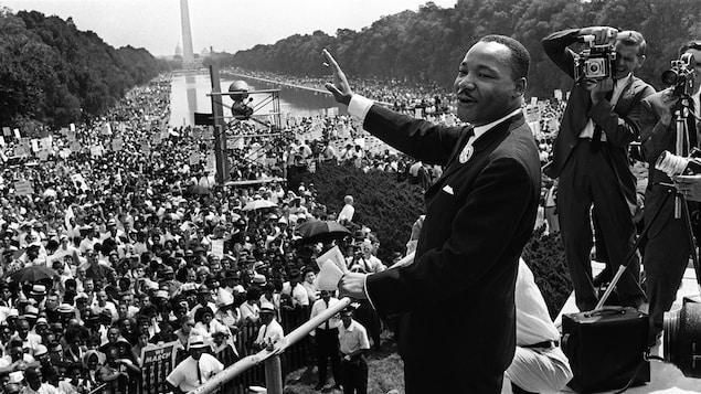 Martin Luther King salue les manifestants le 28 août 1963 : « C'est la plus grande démonstration de liberté de l'histoire des États-Unis. »