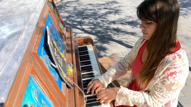 L'artiste Orange Mist au piano.