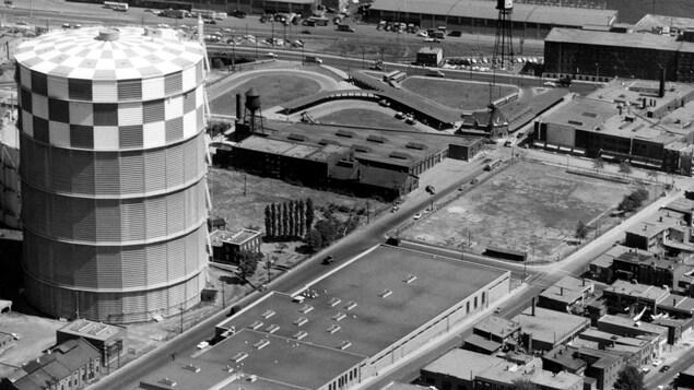 Vue aérienne du garage Frontenac et du gazomètre de la rue du Havre, 1960.