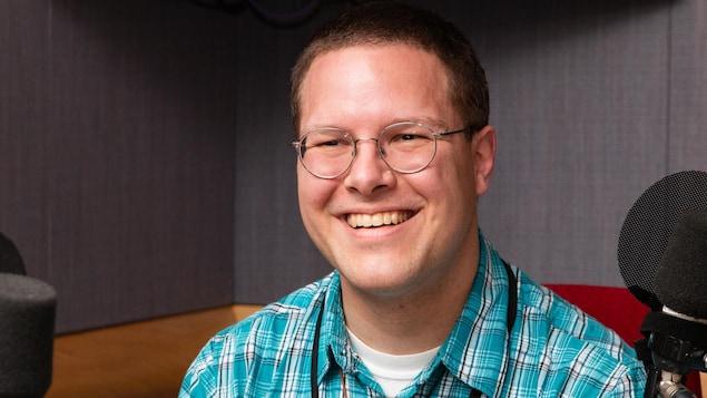 Patrick Flageole est tout sourire au micro de Francis Reddy.