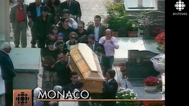 Le cercueil de Léo Ferré est transporté par des proches à son dernier repos dans le cimetière de Monaco.