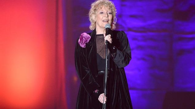 La chanteuse Petula Clark se présente sur scène à New York en juin 2013.