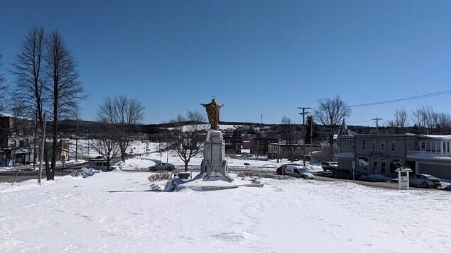 Vue du centre-ville de Lac Mégantic avec en avant-plan une statue.