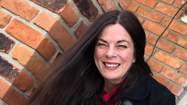Linda Rochon sourit pour une photo dehors.