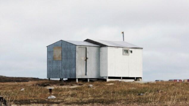 Page frontispice de la publication «Imaginer - Le Nord en 50 projets» (on aperçoit une cabane sur un terrain vague)