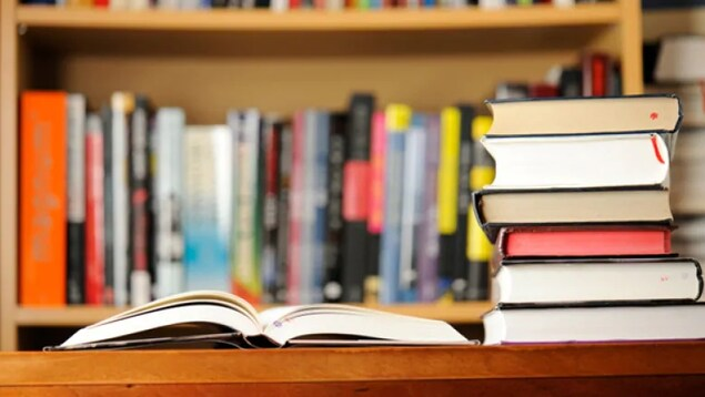 Des livres dans une bibliothèque.