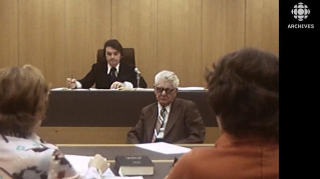 Le tribunal administratif  de la Commission du logement du Québec siège en 1976.