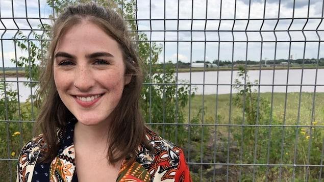 Annie Desjardins pose souriante.