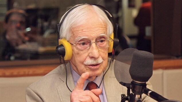 Louis-Edmond Hamelin au micro de Radio-Canada